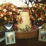 Bolo de casamento, recheio de nozes e damascos de quatro andares, cobertura r�stica de leite condens