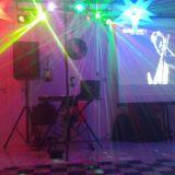 O DJ Alex Lino mixa seus hits favoritos ao vivo.