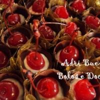 copinhos de chocolate com chantily e cerejas