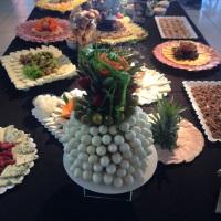 Mesa de queijos, salames e petiscos em geral