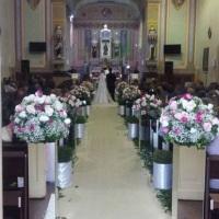 Decoração da igreja com colunas de espelhos