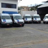 "Vans executivas com capacidade para 15 passageiros, ar cond., dvd, tela LCD de 21"", sintonia tv"