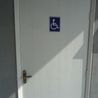Banheiro com acessibilidade e fraldário.