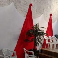 Decoração branca e vermelha