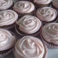 mini cupcake de chocolate com recheio e cobertura de mousse de limão.