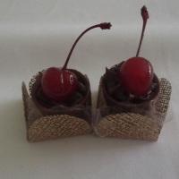 Copinho de chocolate com mousse de chocolate meio amargo e cereja com cabo para decorar.
