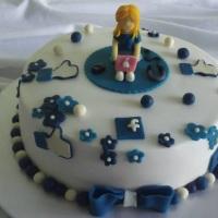 bolo coberto com glacê marmore decorado com massa de leite em pó tema facebook