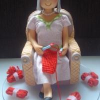 Senhora sentada na poltrona