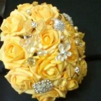 Buquê de flores de EVA e de tecido com broches.