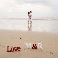 Iniciais e palavra LOVE para ensaio fotográfico.