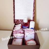 Kits personalizados para banheiro feminino e masculino.