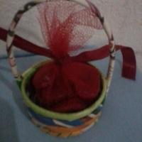 cesta de material reciclado e saches perfumados