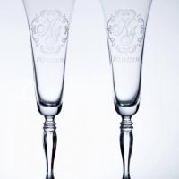 Um brinde  com muito estilo e elegância! Taças de cristal bohemia personalizadas com jato de areia.