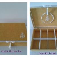 Caixa Kit Toalete revestida tecido com iniciais dos noivos bordadas