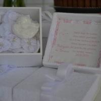 Caixa revestida em renda com mini terço fuxico e sabonete formato anjo.