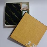 Caixa em MDF com iniciais dos noivos acondicionando gravatá e mini difusor de ambiente.