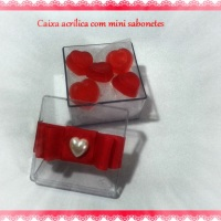 Mini sabonete em formato coração acondicionado em caixa acrílica.