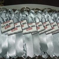 Gravatinhas em cetim com chaveiro.