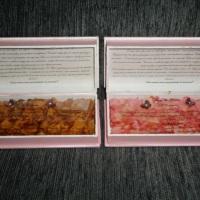 Parte  de dentro do convite box com pétalas de flores