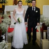 Vestido de Noiva com aplicação de rendas no corpo, decote e saias de tule italiano