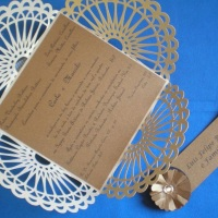Convite de casamento em papel rendado