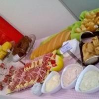 Café da manhã ou chá da tarde. Esta mesa também pode ser usada como brunch incluindo dois sabores d
