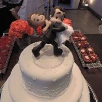 Topo de bolo noivinho carregando a noivinha - em biscuit