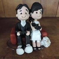Topo de bolo casal jogando videogame, com mini buquê de pérolas - em biscuit