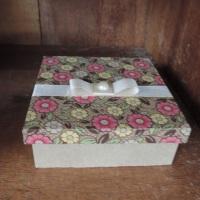 Caixa de MDF decorada com tecido, fita de cetim e meia pérola - tamanho M