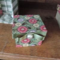 Caixa de MDF decorada com tecido, fita de gorgurão e meia pérola - tamanho P