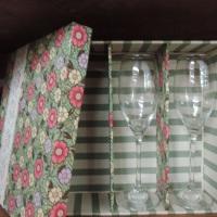 Caixa de MDF, com 3 divisórias para 2 taças e mini champanhe, decorada com tecido, renda e pérolas -