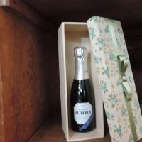Caixa de MDF, para mini champanhe, decorada com tecido, renda e pérola