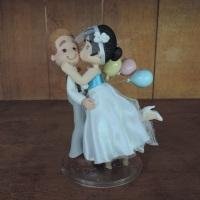 Topo de bolo casal vintage, noivinha no banquinho e bolas - em biscuit