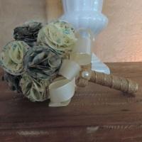 Buquê artesanal rústico, com flores de tecido e acabamento em fita rústica e meia pérola
