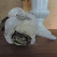 Buquê artesanal na cor branca e ouro velho, com flores de tecido e aplicação de broches e pérolas