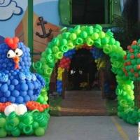 Escultura de balões galinha pintadinha