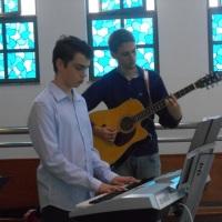 Alex (teclado) e Alan (violão)
