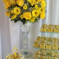 Decoração amarela com flores nbaturais