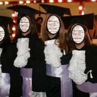 Capelos pretos com cordão e pingente de seda pretos. Faixa em cetim na cor do curso com entretela pa