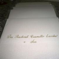 amostra em cursiva com bico de pena em convite de casamento