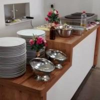 Temos serviços de buffet com nossa equipe preparando e servindo no local de sua festa. Mas se prefer