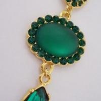 Lindo brinco dourado com strass swarovski esmeralda