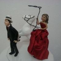 Noiva laçando noivo do cavalo