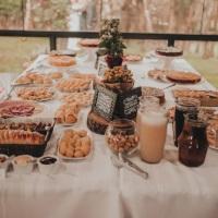 Mesa de um café colonial em um evento especial para noivos.