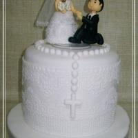 Bolo de casamento rendado com noivinhos