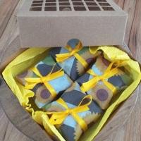 Kit com 4 brownies 5x5, embalados com papel celofane e tnt girassol, em caixa kraft. Sabores: tradic