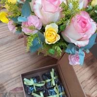 Cesta de presente com flores a serem escolhidas e 4 brownies 5x5. Sabores: tradicional, paçoca, trad