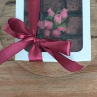 Kit com mini brownies (tamanho de um brigadeiro) embalados em caixa branca. Sabores: tradicional, pa