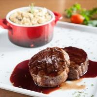 Medalhão de filé mignon ao molho malbec e risoto de funghi secchi. Seu jantar merece o melhor!