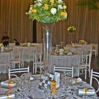 mesa preparada para jantar no clube da Policia militar tema Bôdas de ouro